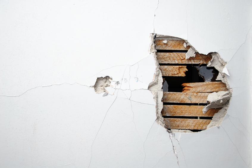 rozbitá zeď