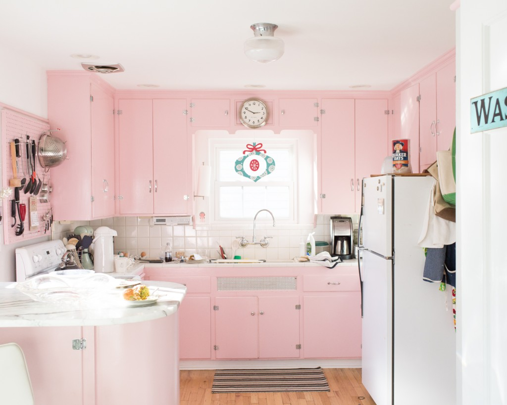 1950s-inspired-pink-kitchen-with-a-warm-and-unique-look