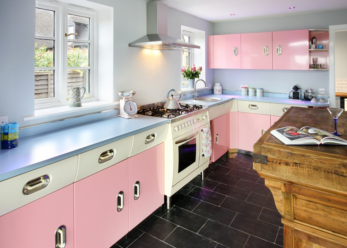 Balanced-blue-and-pink-kitchen-with-a-1950s-vibe
