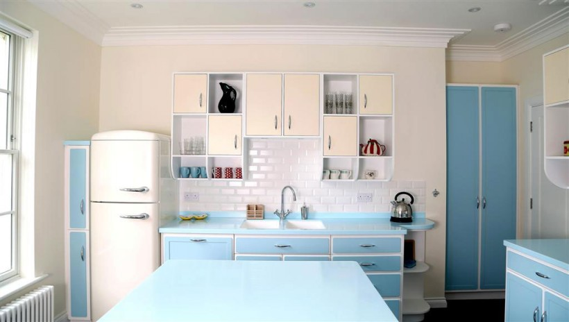 Spacious-kitchen-easily-pulls-off-the-retro-look-with-an-abundance-of-blue