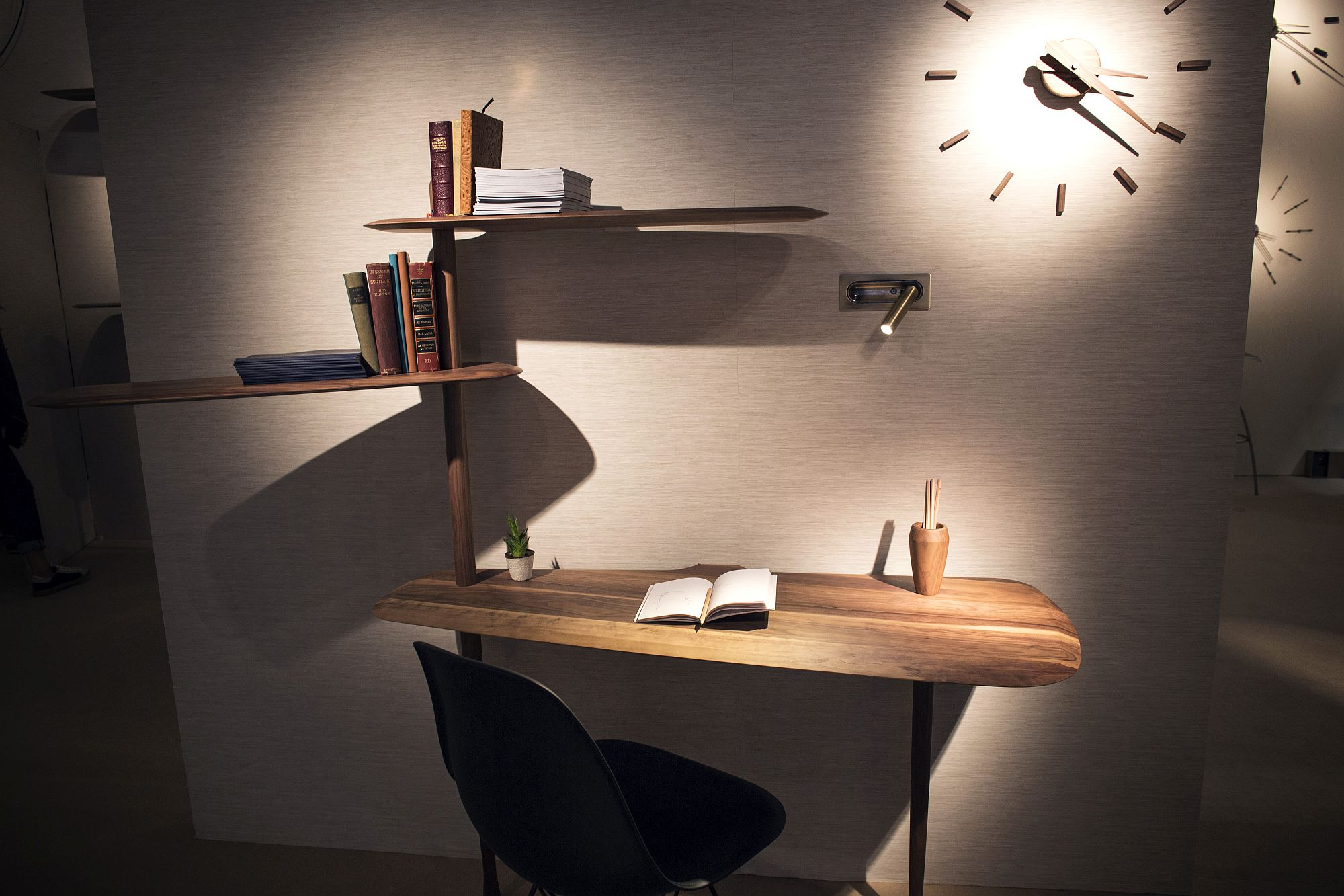 Innovative-desk-from-Unica-Collection-for-the-space-savvy-workzone