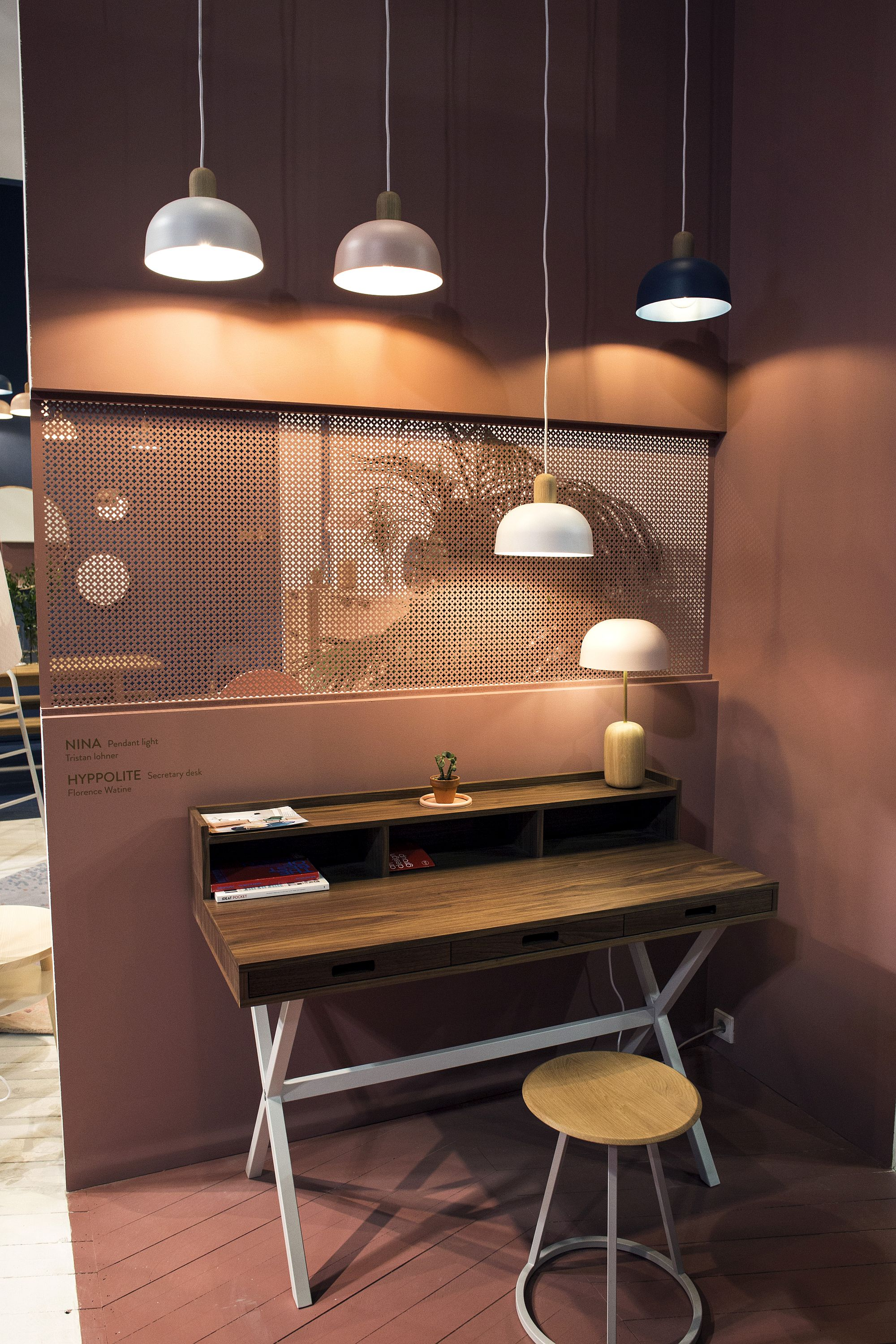 Pendants-and-smart-work-desk-turn-the-corner-into-a-productive-zone