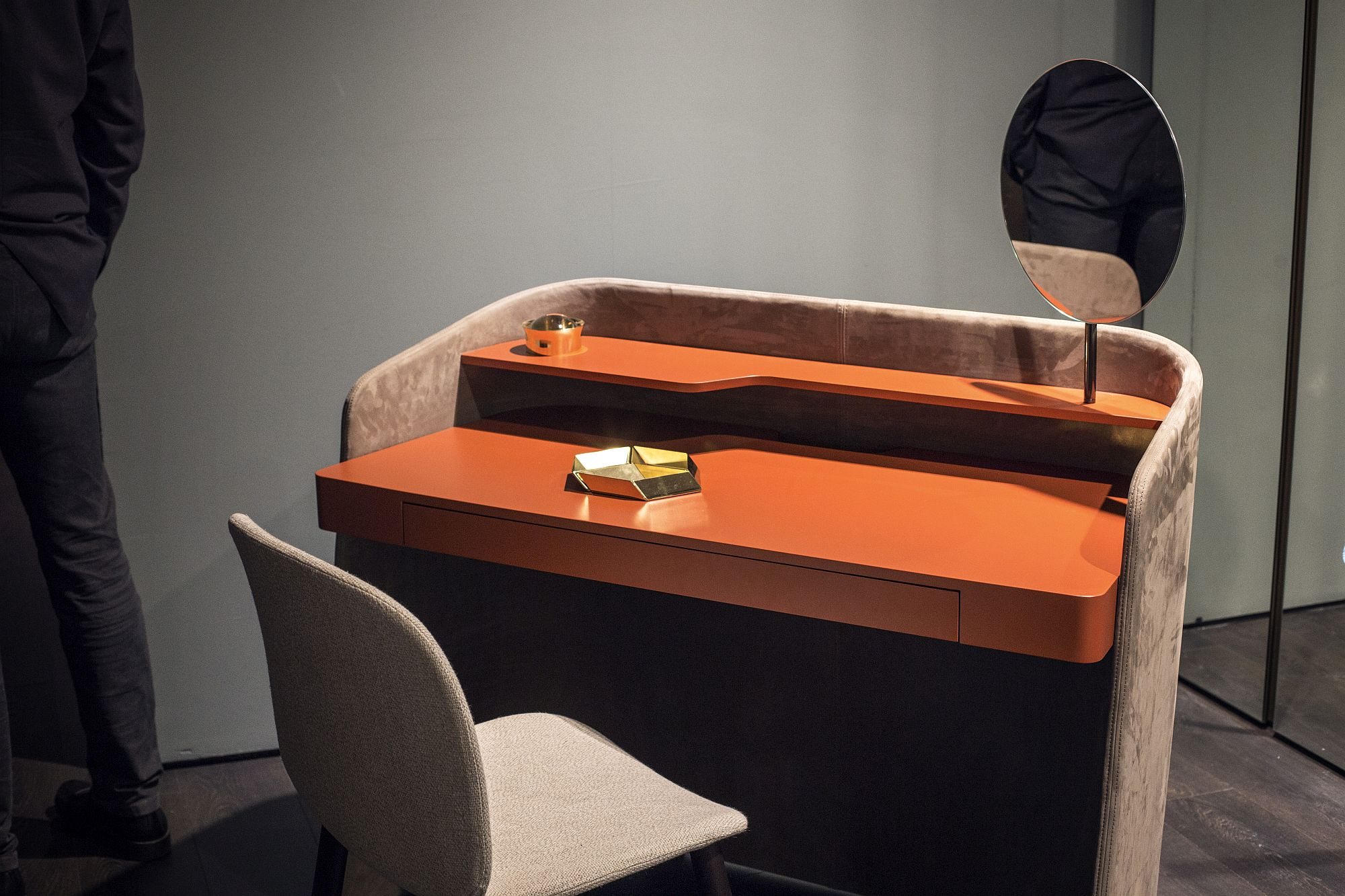 Touch-of-orange-for-the-workdesk-from-Pianca